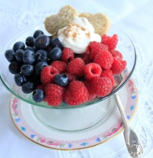 food_berries_with_cream_and_cookie__page_image